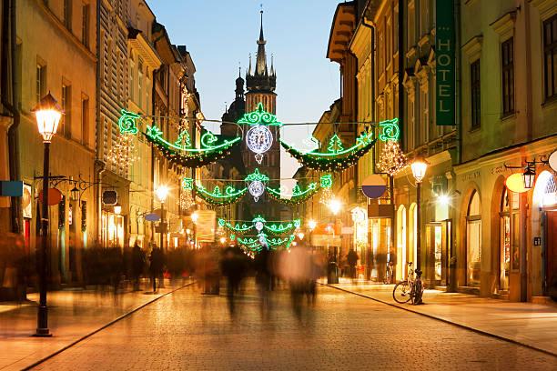 florianska street mit weihnachtsdekoration in der dämmerung, die stadt krakau, polen - adventgeschichte stock-fotos und bilder