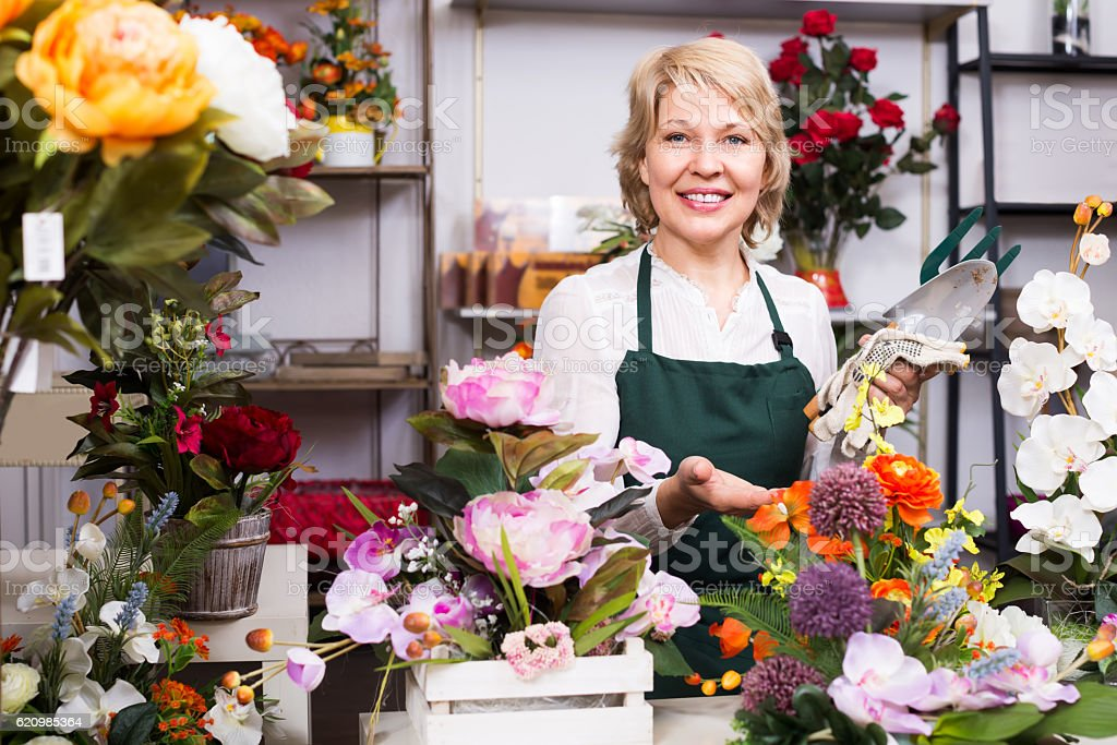 Florist among flowers in floral shop foto royalty-free