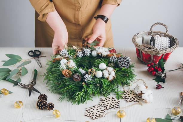 florist dekorateur machen weihnachtskranz - diy xmas stock-fotos und bilder