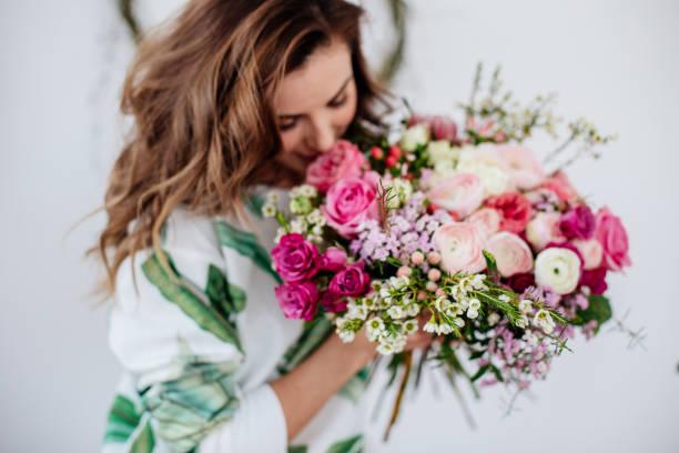 Florist makes a bouquet picture id1066358102?b=1&k=6&m=1066358102&s=612x612&w=0&h=zzhddlapnxivcvc7 bkf0doxnbx65 wzfmojobsrkba=