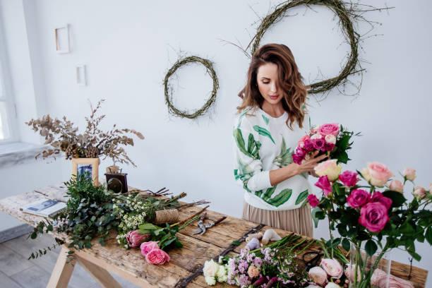 fleuriste en fait un bouquet. - fleuriste photos et images de collection