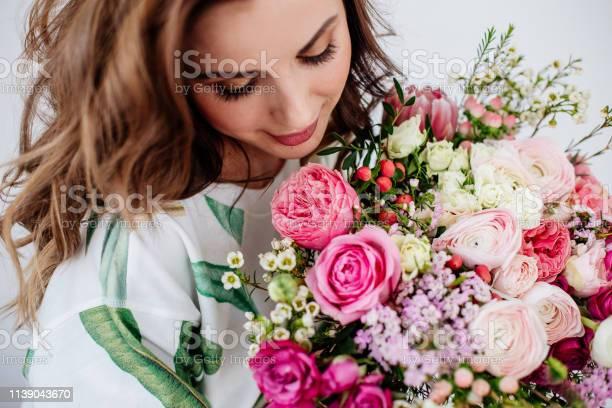 Florist makes a bouquet picture id1139043670?b=1&k=6&m=1139043670&s=612x612&h=iqo9j8cs1blpnt2k4jc9ygqzfr25miw2cknfclzr0wa=