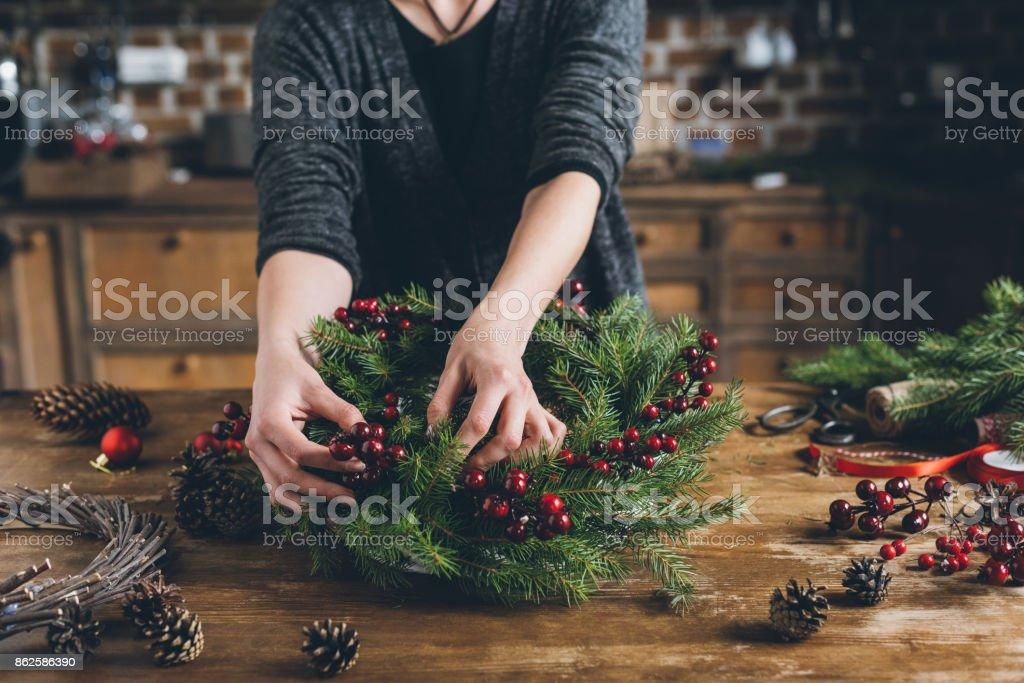 florist göra jul krans av fir grenar bildbanksfoto