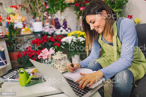 Florist taking orders from the internet picture id638457614?b=1&k=6&m=638457614&s=612x612&h=51mkgitpbzm8xkhdjzp1o z2h0cbxkd2qnq1g2adphc=