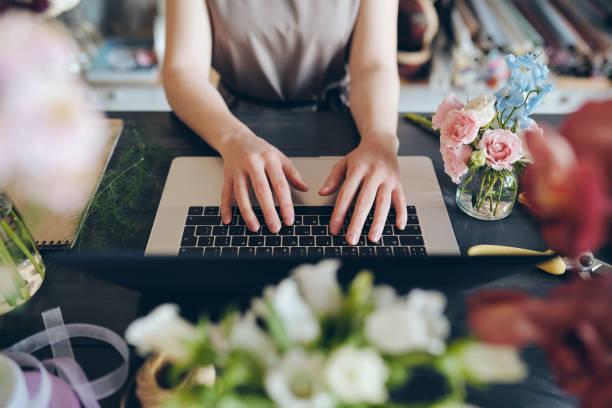 Florist tippt auf Laptop – Foto
