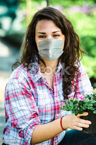 florist woman with medical mask for covid19