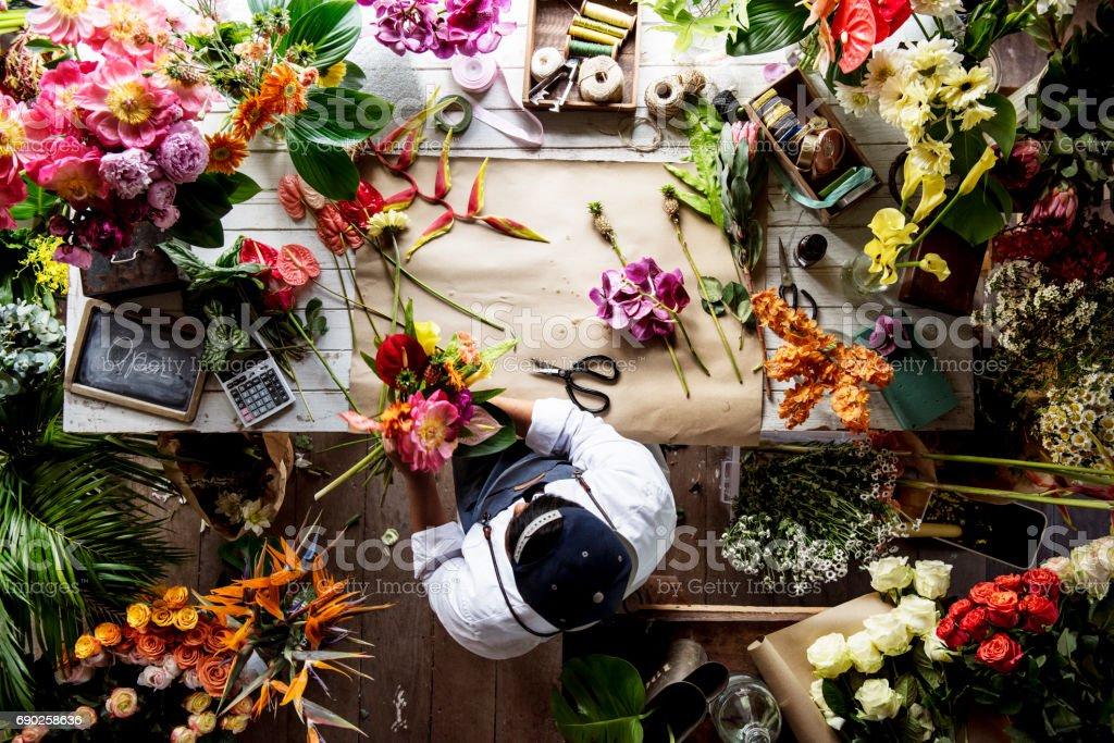 Florist working on flower arrangement among the flower – Foto