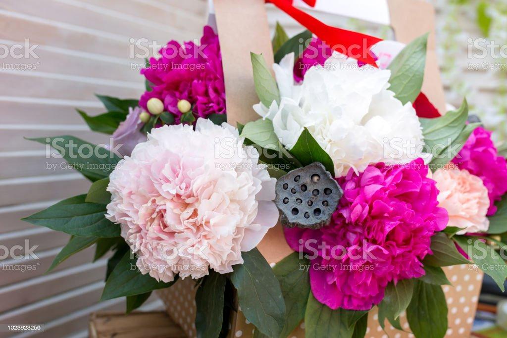 Florística En El Mercado Arreglo Floral Loto Seco Foto De