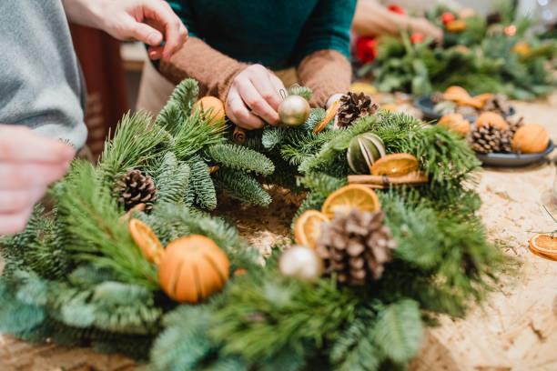 florists designing a christmas wreath - wieniec zdjęcia i obrazy z banku zdjęć
