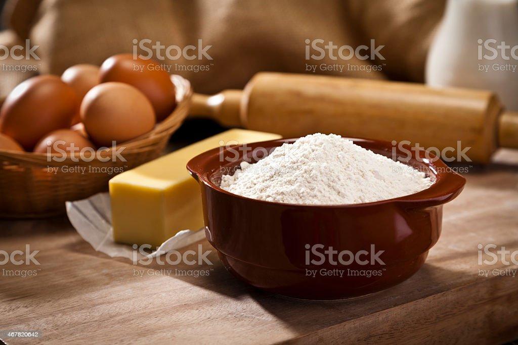 Schüssel mit Mehl Backen Zutaten auf Holztisch – Foto