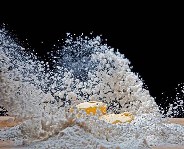 farine éruption - imploser photos et images de collection