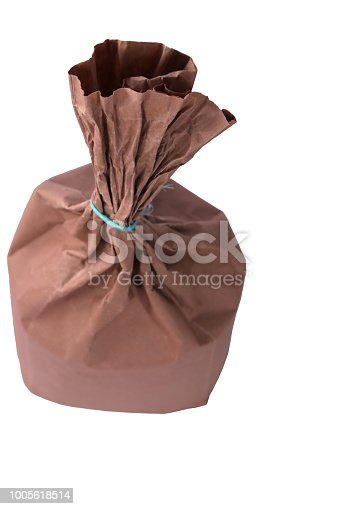 912671588istockphoto Flour in Kraft paper-pack isolated on white background 1005618514