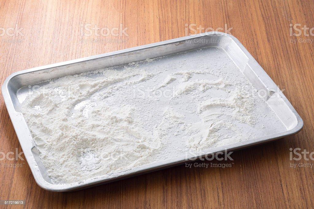 Mehl in Metall-Tablett auf Holztisch – Foto