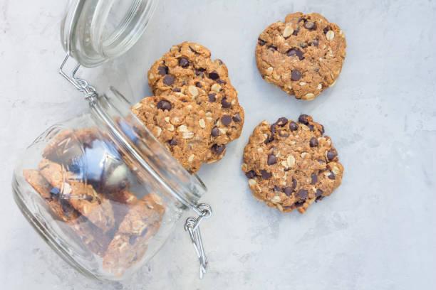 flourless peanut butter, oatmeal and chocolate chips cookies, horizontal - hafer cookies stock-fotos und bilder