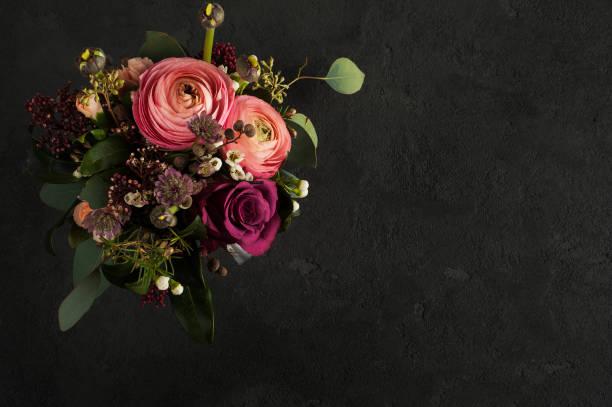 blumenarisierung von rosen und ranunkulus - hochzeitsblumensträuße stock-fotos und bilder
