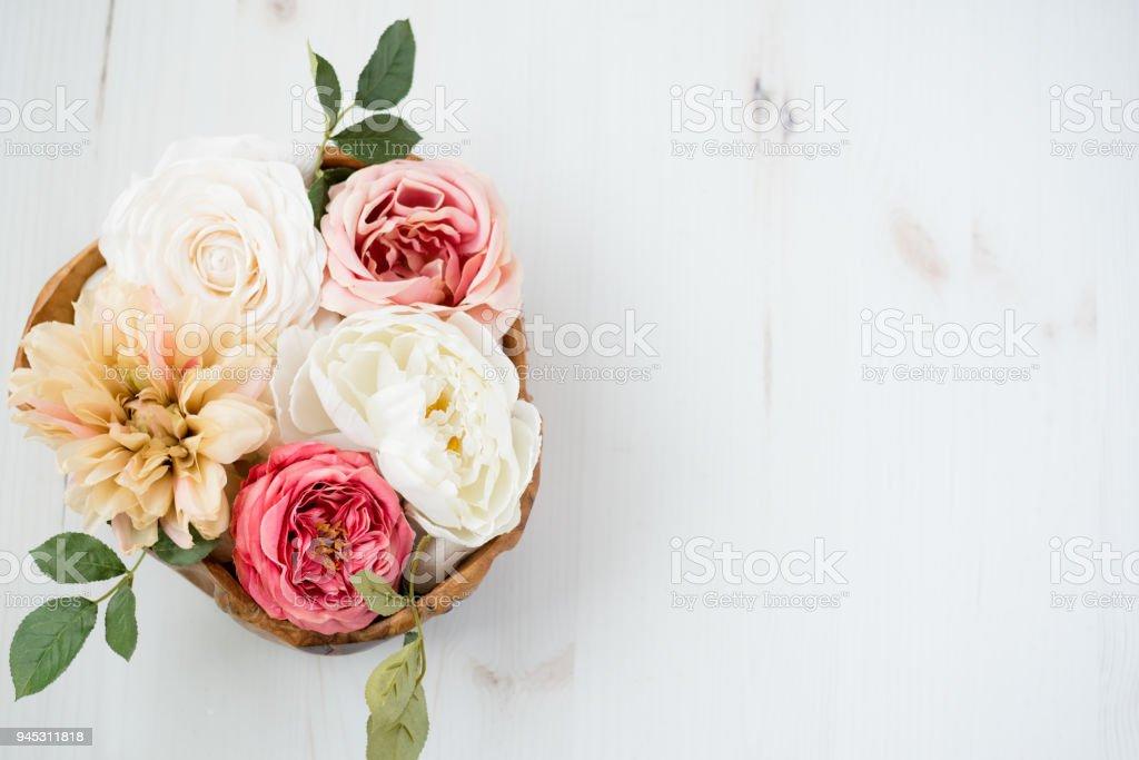 Flower Arrangement über Holz Tisch – Foto
