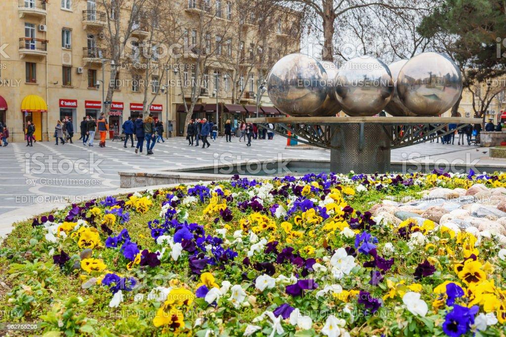 Canteiro de flores na Praça do chafariz no centro da cidade de Baku. Azerbaijão - Foto de stock de Adulação royalty-free