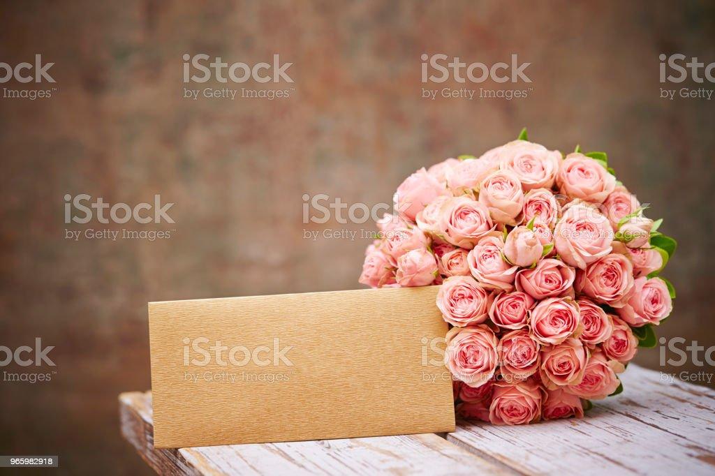 Blombukett med kuvert - Royaltyfri Blomkorg - Blomdel Bildbanksbilder