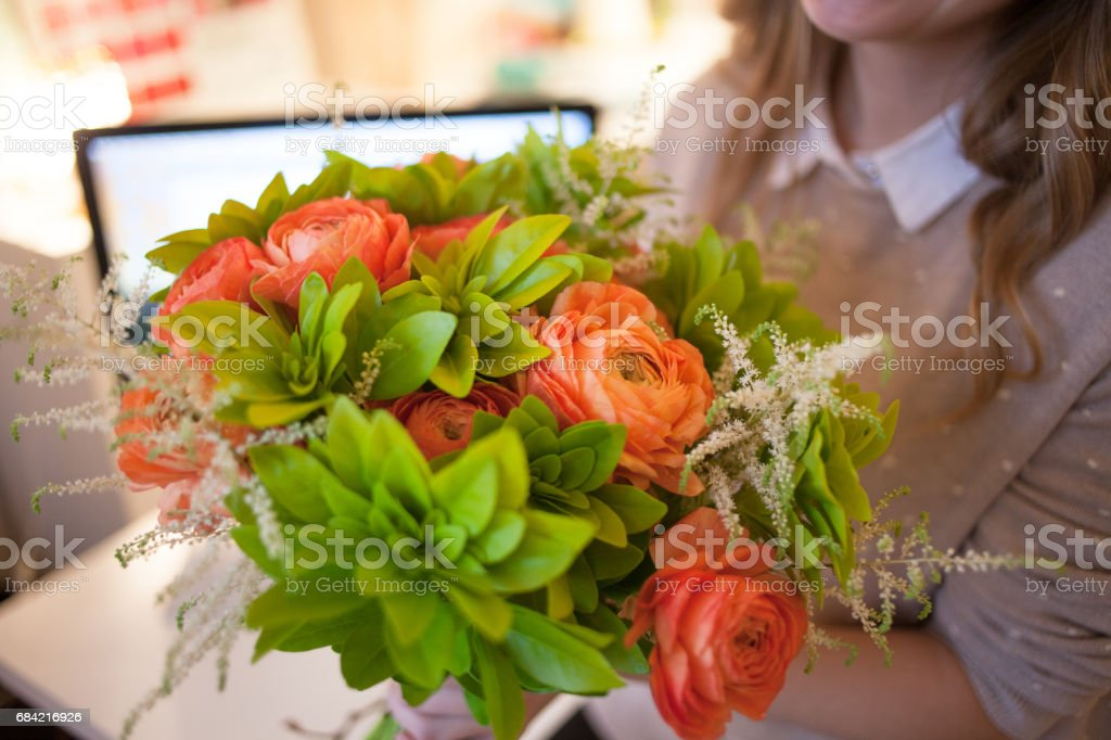 Flower delivery to the office. Young happy woman holding beautiful bouquet - foto de stock