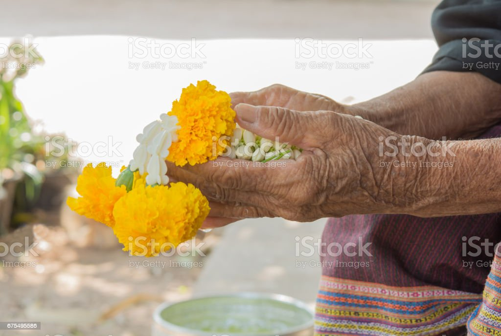 Flower garland in old hand photo libre de droits