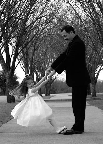 blume mädchen tanz mit vater, schwarz und weiß - hochzeitsspiele eltern stock-fotos und bilder