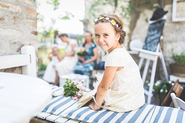 flower girl - hochzeitsfeier mit kindern stock-fotos und bilder