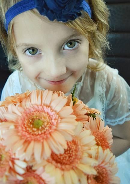 flower girl - brautjungfer kleid coral stock-fotos und bilder
