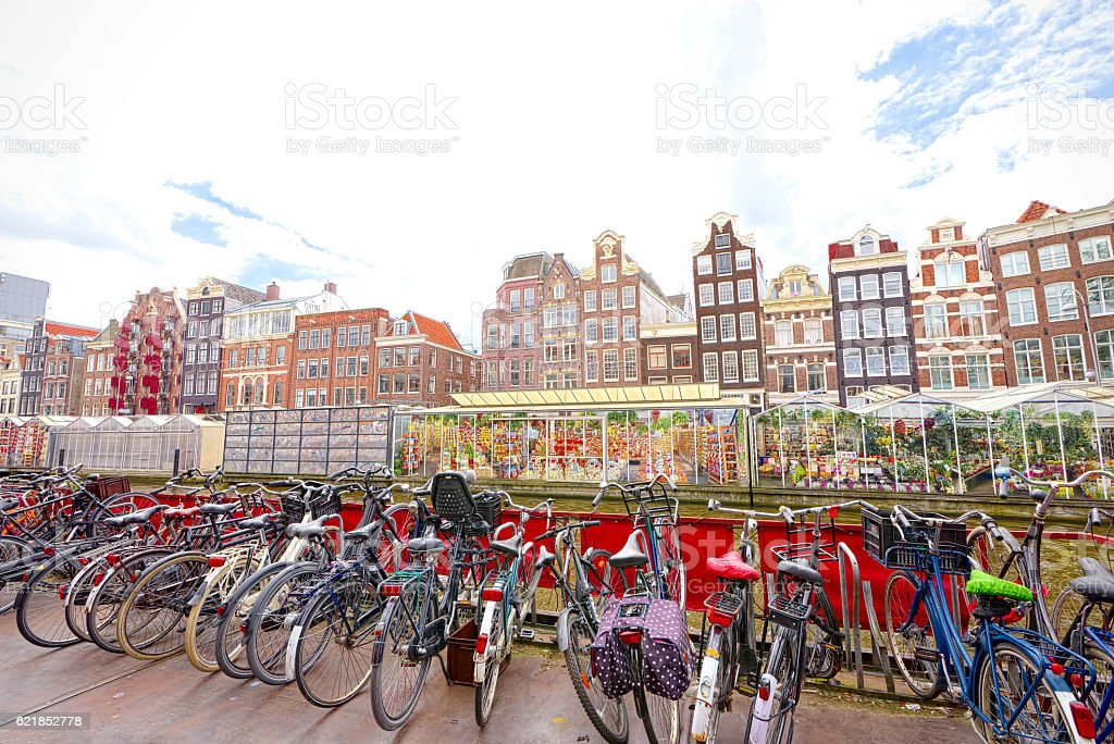 Flower market in Amsterdam (Bloemenmarkt) and bicycles стоковое фото
