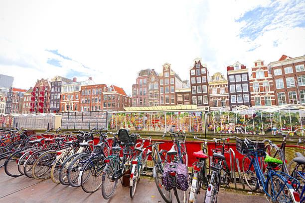 flower market in amsterdam (bloemenmarkt) and bicycles - günstig nach amsterdam stock-fotos und bilder