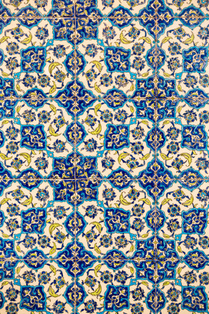 blumenmuster auf keramikfliesen im türkischen stil, gemusterte detail eines izmir-stil wandfliese, textur der fliesen-türkei - türkische fliesen stock-fotos und bilder