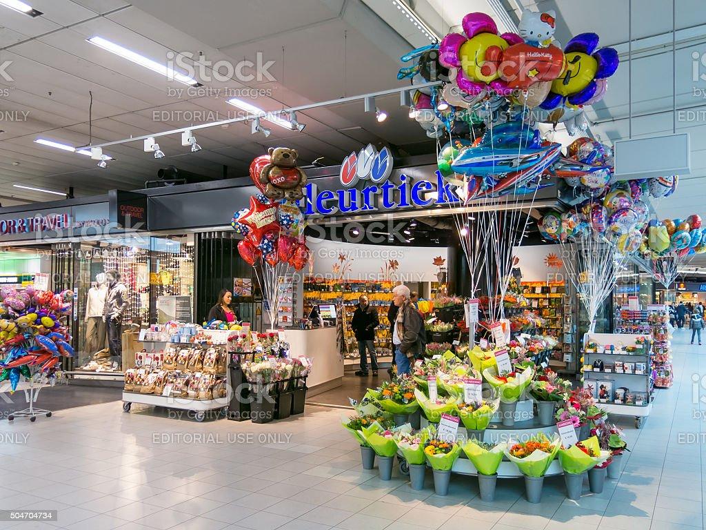 Цветочный магазин в аэропорту Схипхол в Амстердаме, Нидерланды - Стоковые фото Люди роялти-фри