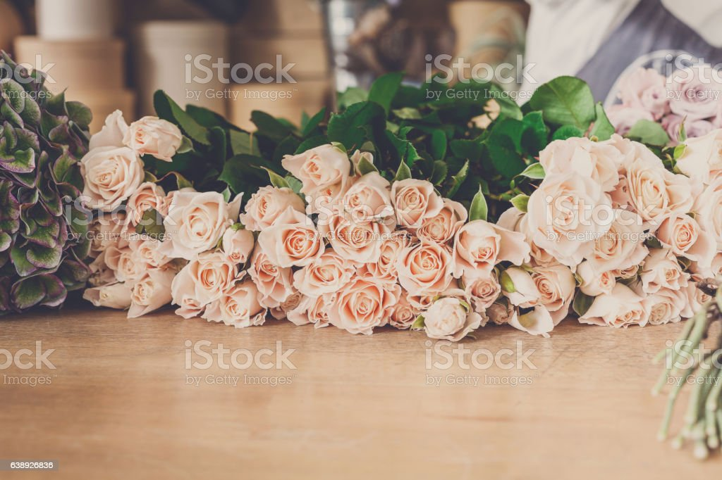 Flower shop background. Fresh roses for bouquet delivery – Foto
