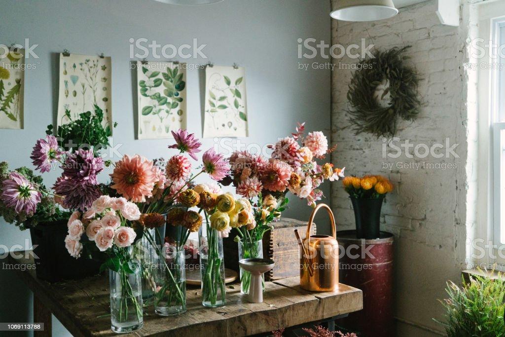 Magasin de fleurs - Photo de Arrosoir libre de droits