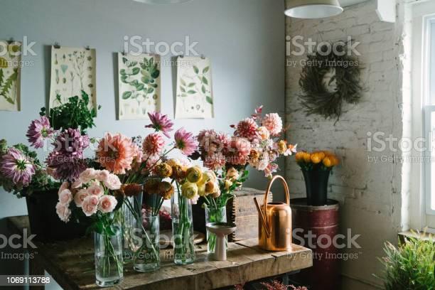 Photo libre de droit de Magasin De Fleurs banque d'images et plus d'images libres de droit de Arrosoir