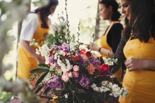 bloem workshop - bloemstuk stockfoto's en -beelden