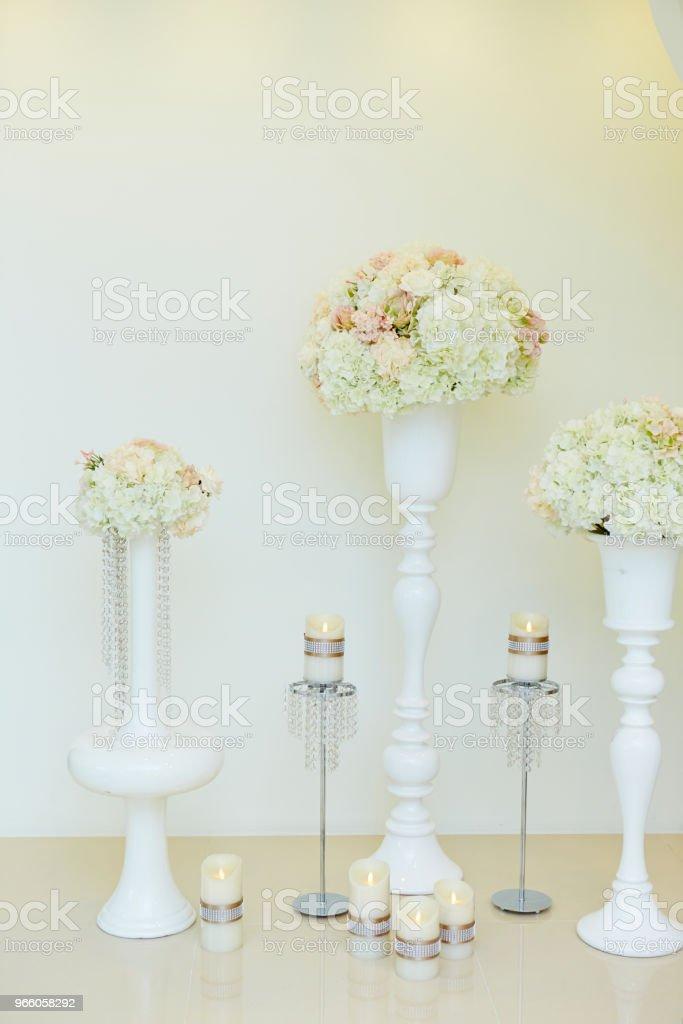 Blommor och ljus - Royaltyfri Blomkorg - Blomdel Bildbanksbilder