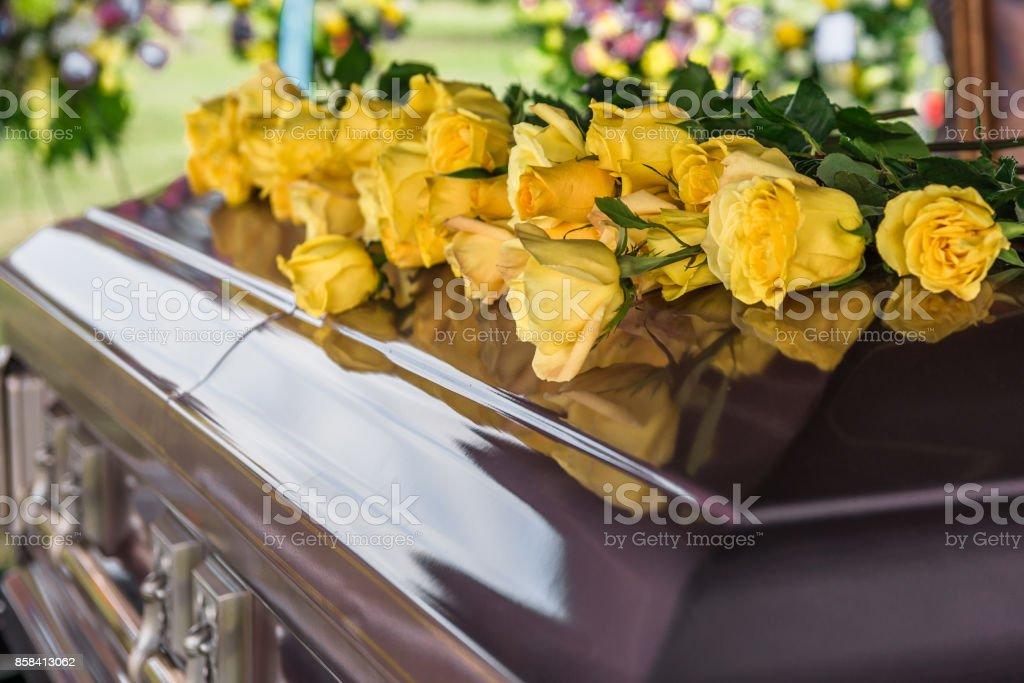 Blumen und Schatulle – Foto