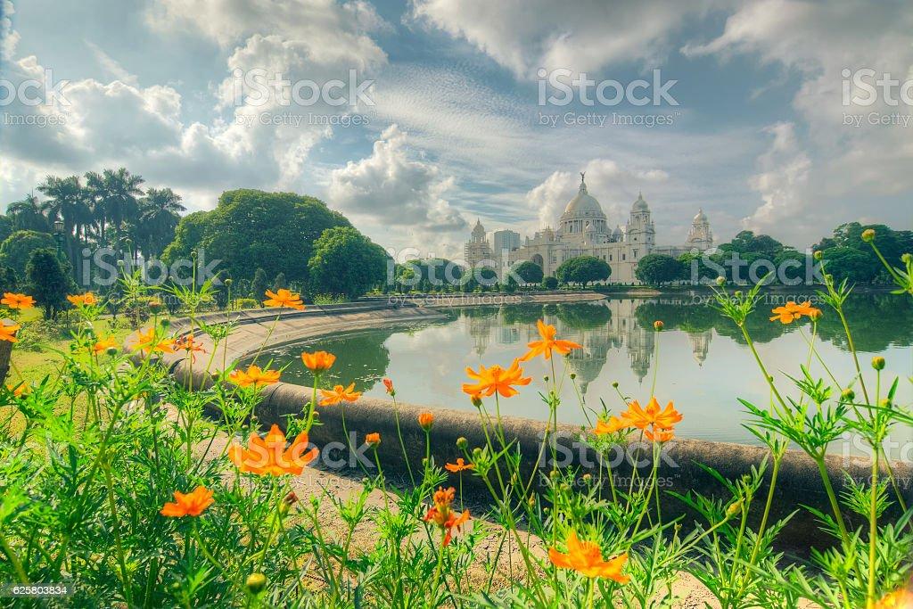 Flowers and Victoria Memorial, Kolkata, Calcuatta, India . – Foto