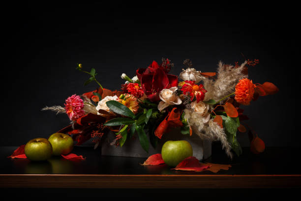 composition de fleurs sur fond noir - nature morte photos et images de collection