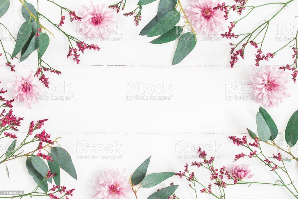 白い木製の背景に花の組成物。フラット横たわっていた、トップ ビュー ストックフォト