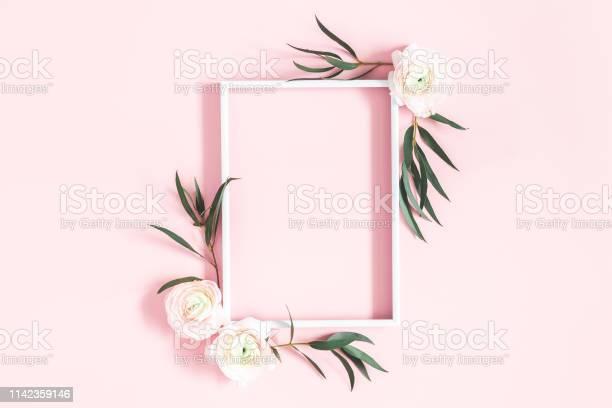 Flowers composition white flowers eucalyptus leaves photo frame on picture id1142359146?b=1&k=6&m=1142359146&s=612x612&h=gj70r eqwopq3se43mye7jjgfpmpk5mncy etlva3da=