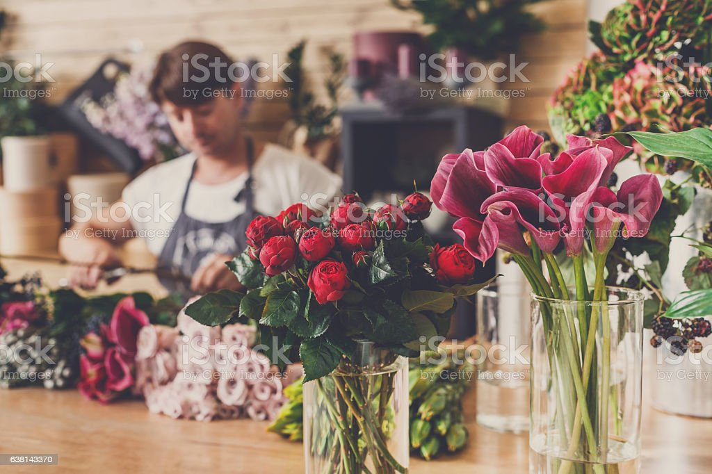 Flowers delivery shop and florist unfocused – Foto