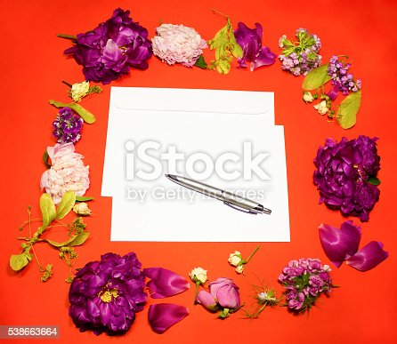968272356istockphoto Flowers, envelope and pen on a red 538663664