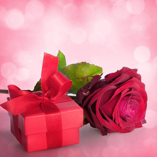 blumen zum valentinstag und muttertag - foto collage geschenk stock-fotos und bilder