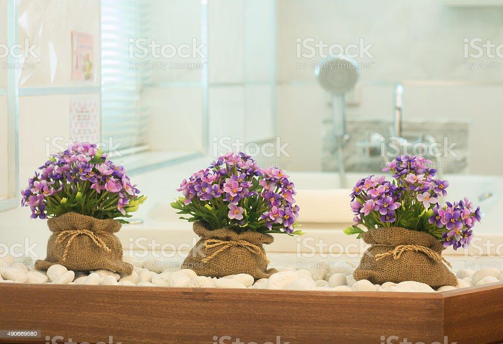 Blumen In Sack Tasche Zieren Im Badezimmer Stockfoto und mehr Bilder ...