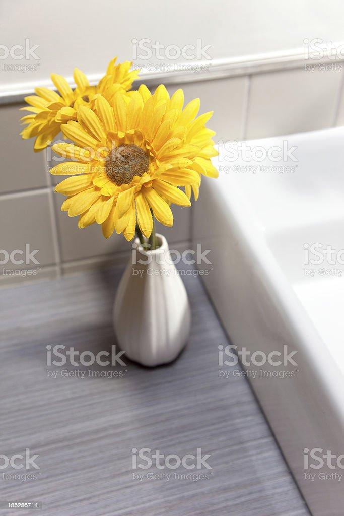Blumen Im Badezimmer Stockfoto und mehr Bilder von Badezimmer - iStock