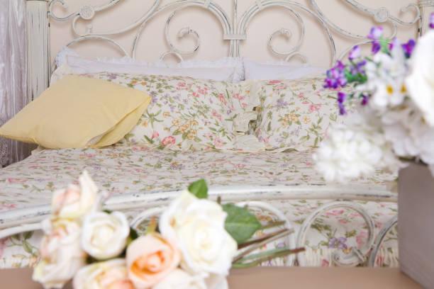 blumen im schlafzimmer - lila, grün, schlafzimmer stock-fotos und bilder