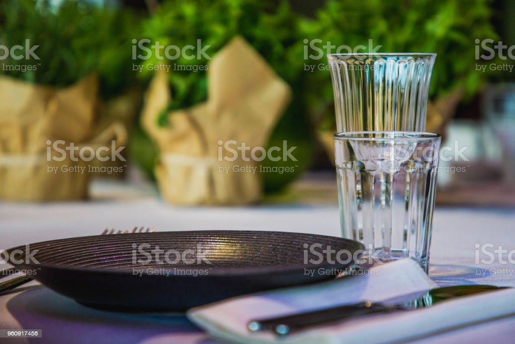 Blumen auf einer Festtafel mit leeren Gerichte - Lizenzfrei Fotografie Stock-Foto