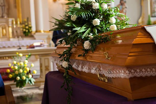 fiori su un bara della chiesa - funerale foto e immagini stock