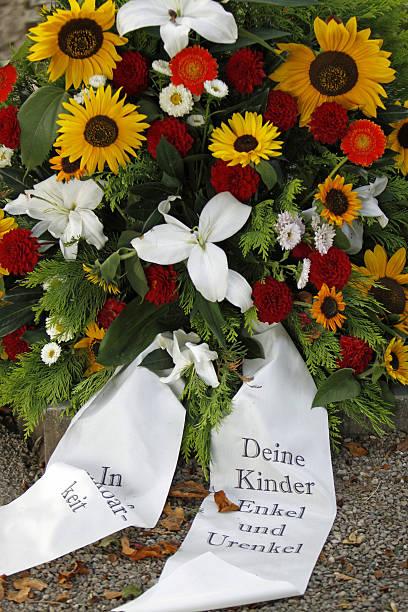 Blumen auf frischen grave – Foto